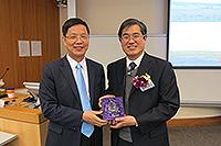 農業生物技術國家重點實驗室主任張建華教授致送紀念品給農業學部康紹忠院士
