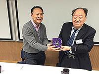 太空與地球信息科學研究所所長林琿教授致送紀念品給信息與電子工程學部魏子卿院士