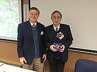 能源及可持續發展研究所所長劉雅章教授致送紀念品給環境與輕紡工程學部丁一匯院士