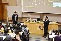 祝世寧院士(左)與電子工程學系許建斌教授和一眾師生交流學問