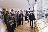 一眾中科院院士參觀大學展覽廳,了解中大的歷史發展
