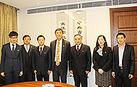 Prof. Joseph Sung (middle) poses for a group photo with delegates from Huaqiao University