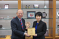 Prof. Mei Bing (right), Vice-President of East China Normal University, presents a souvenir to Prof. Michael Hui, Pro-Vice-Chancellor of CUHK
