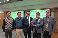 Prof. Huang Bo (middle), Deputy Director of ISEIS of CUHK, presents a souvenir to Prof. Pan Jiahua (second from right)