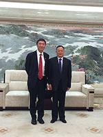 中大校長沈祖堯教授(左)與寧波市副市長張明華先生會晤