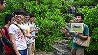 參賽者跟隨導賞員探索濕地公園生態(劉耀琮同學提供)