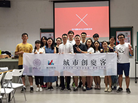 Students take a group photo with Tsinghua's teacher (Photo Credit: Allen Yang)
