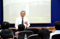 Prof. Chan Wai-yee delivers a presentation during the visit on 14 July 2016