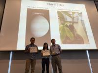 三等奖得主张红松先生(左)和钟焯尧小姐(中) 获黄聿教授颁发奖状