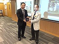 中大機械與自動化工程學系張立教授在講座後向中國工程院信息與電子工程學部馬遠良院士致送紀念品