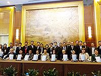 一眾參會者在中英高等教育人文聯盟成立典禮上合照