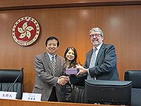 (左起)中國社會科學院陳澤憲教授、中大法律學院鄒密密教授及院長Christopher Gane教授於講座後合照