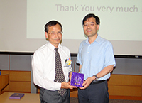 Prof. Shao Qiman, Chairman of Statistics presented a souvenir to Prof. Li Ker-Chau, Division of Mathematics and Physical Science, AS