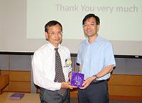 統計學系系主任邵啟滿教授致送紀念品予中研院數理科學組李克昭院士