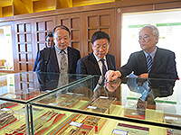 Prof. Liu Congqiang (middle) visits the State Key Laboratory of Phytochemistry and Plant Resources in West China (Partner Laboratory in The Chinese University of Hong Kong)