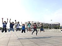 在鳥巢前躍起的一刻!(北京航空航天大學交流活動參加者劉凱盈同學提供)