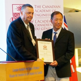 Prof. Douglas Ruth, President of the Canadian Academy of Engineering (left) presents a certificate to Prof. Du Ruxu.