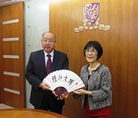 中大張妙清副校長(右)致送紀念品予浙江省科學技術廳廳長周國輝先生