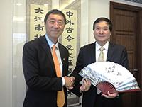 中大校長沈祖堯教授(左)致送紀念品予慈溪市人民政府市委書記高慶豐先生