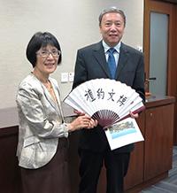中大張妙清副校長(左)致送紀念品予中國社會科學院蔡昉副院長