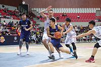 中大籃球隊隊員積極搶攻,傾盡全力作賽
