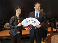 Prof. Wong Suk-ying (left), Associate Vice-President of CUHK presents a souvenir to Mr. Wang Binwei, Director of the Education Examinations Authority of Guangdong Province