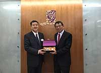 中大校長段崇智教授(右)向楊寶峰院士致送紀念品
