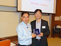 統計學系系主任邵啟滿教授(右)講座後向徐宗本院士致送紀念品