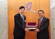 中大段崇智校長(右)致送紀念品予李培林副院長