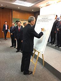 霍泰輝副校長代表中大在入盟意向書上簽字