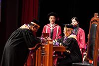 大學校董會主席梁乃鵬博士向段崇智校長授予大學條例專冊