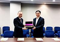 霍泰輝副校長(左)向高志立部長致送紀念品
