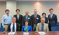 CUHK members led by Prof. Fanny Cheung (middle at front row), Pro-Vice-Chancellor of CUHK, welcome Prof. Chiang Ann-Shyn (left at front row) and Prof. Tu King-Ning (right at front row) of the Academia Sinica