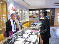 The two academicians learn about the development of CUHK in the visit to the University Gallery
