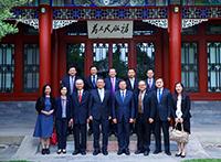 段崇智校長(前排左四)率團訪問清華大學