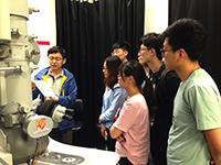內地參加者向教授討教,認識實驗室運作
