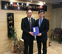 中華中醫藥學會王國強會長(左)參觀中醫學院,與院長梁挺雄教授會晤交流
