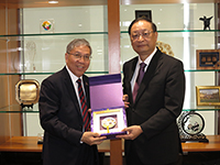 Professor Chan Wai-yee (left), Pro-Vice-Chancellor of CUHK, presents a souvenir to Dr. Wang Guoqiang, President of CACM