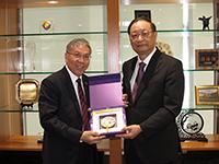 陳偉儀副校長(左)向中華中醫藥學會王國強會長致送紀念品
