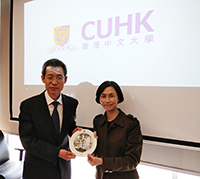Professor Wong Suk-ying (right), Associate Vice President of CUHK presents a souvenir to Mr. Hou Jianguo, Director of HK-Macao-Taiwan Affairs of Education Department of Hebei