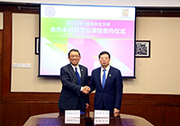 Professor Rocky Tuan (left) of CUHK signs an agreement on dual degree programmes with Professor Qiu Yong of Tsinghua