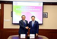 中大段崇智校長(左)與清華邱勇校長簽署雙學位課程備忘錄