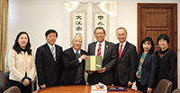 President Rocky Tuan (middle) and Pro-Vice-Chancellor Fok Tai-fai (third from left) of CUHK receive the delegation from UST led by Chancellor Ovid Tzeng