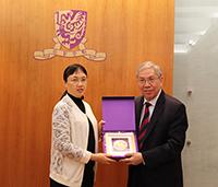 Pro-Vice-Chancellor Chan Wai-Yee (right) presents souvenir to Ms. Xian Yinsong, Deputy Head of Huangpu district of Guangzhou City