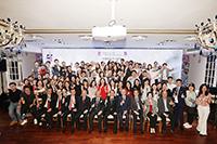 中大校友在香港舉行的校友晚宴《家宴》上合照歡聚