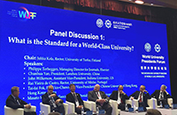中大副校長霍泰輝教授(右二)於世界大學校長論壇上與各大學領導展開對話