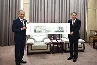 中大副校長霍泰輝教授(左)向南開大學副校長王磊教授致送紀念品