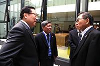段崇智校長(右)與會期間與各校領導交流