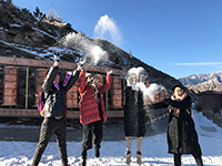 中大同學參訪甘肅肅南時一起玩雪的情況