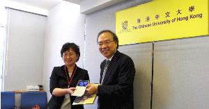 Prof. Yin Mei-chun (left), Vice President of the National University of Tainan, exchanges souveniors with Prof. Jack Cheng, Pro-Vice-Chancellor of The Chinese University of Hong Kong after the meeting